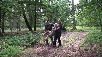 दो पुरुषों अश्लील बलात्कार के लिए एक लड़की जंगल में बाहर