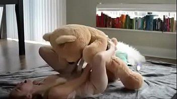 他妈的熊,它被安装在一个橡胶阴茎