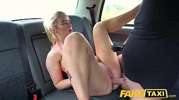 सेक्स के साथ सुनहरे बालों वाली टैक्सी में गड़बड़