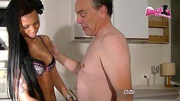 色情的黑人女孩搞砸过一个老男人。