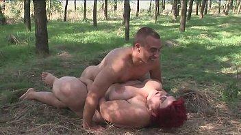 मोटा लाल उसके भाई से गीली घास पर प्रकृति में अपने मुर्गा प्राप्त करता है