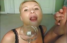 ब्लोंड मिल्फ एक ग्लास से कम निगलता है