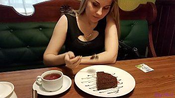 कैफे में उसकी चूत में वाइब्रेटर के साथ फिल्माया गया