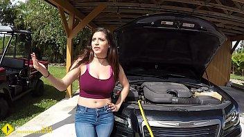 他和机械师混在一起修理他的车