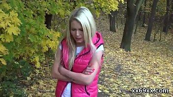 漫步穿过森林在她的阴户中接受一只公鸡