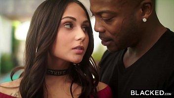 做得好的黑人操一个美丽的女孩,因为他更喜欢