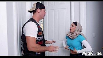 讨厌的阿拉伯小鸡高兴地展示了她的厨师抽搐技巧