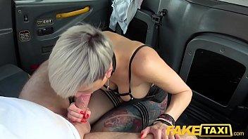 कार में एक टैक्सी चालक चूसने मुर्गा के साथ सेक्स