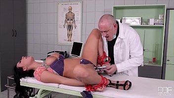 绑在床上的病人和一个性感的女友与妓女医生发生性关系
