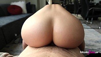 米尔法乱搞肛门与假阳具直到她的男朋友来了与一个厚公鸡