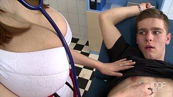 一个护士的屁股和大胸部你的家伙当你吮吸我的老二