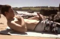 角质的混蛋的男孩关在海滩上