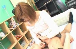 淘气的亚洲学生抽搐了她的老师