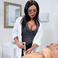 助理的黑发,吮吸阴茎并且他妈的有病人