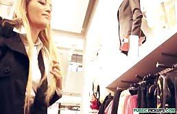 一个妓女给人口交来拿一些衣服