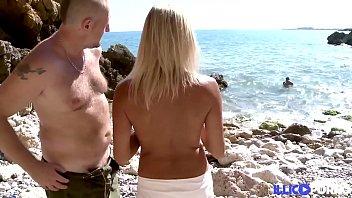 两个潜水员,他妈的一个金发碧眼的女孩在海滩上
