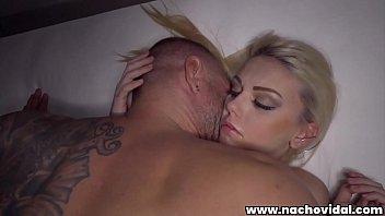 充满激情的性别与一个金发碧眼的女孩为主,失身的肛门