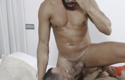 成熟的男同性恋的家伙得到肛门的性交由青少年