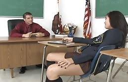 青少年的黑发女吸鸡的老师
