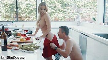 色情色情的性感的金发女郎,与身体的一个美丽的女孩时我在烹饪