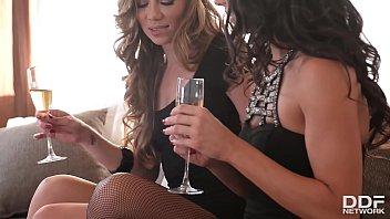 Alexa Tomas Y Capri Anderson, Copas De Champagne Y Masturbándose
