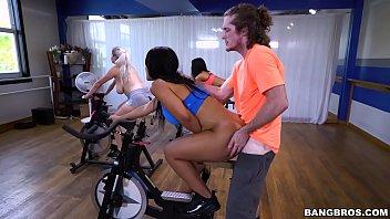 Vecina Quiere Sexo Una Mierda En La Bicicleta En El Gimnasio