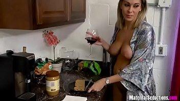 Sex Mit Einer Muschi Nackt In Der Küche Lässt Es Mit Dem Mann Von Den Beinen