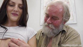 Él Tiene El Dinero Y La Polla Erecta A 60 Años De Edad Y Es Follada Por Un Estudiante De Niza