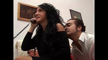 Sex Mit Einer Heiße Brünette Genagelt Von Hinten, Während Am Telefon Sprechen