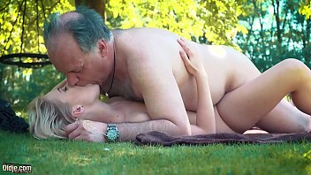 Casting Xxl Girls Mature Blonde Gets Fucked By An Old Man On The Green Grass.