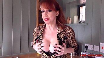 Reife Nymphe Tut Striptease In Der Küche