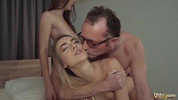 Porno Schritt Papa Isimaseaza Meiner Tochter Michal In Die Muschi Und Fickt Sie Von Hinten