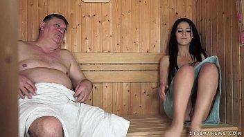 Eine Dunkelhaarige Mädchen In Der Sauna-Das Ist Verdammt Mächtig, Mit Einem Fetten Mann