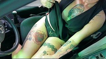 Milfa, Pieno Di Tatuaggi Sesso In Auto Con Un Meccanico