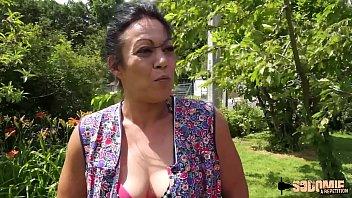 Ein Paar Der Stadt Sex Im Garten Mit Einer Reifen Frau