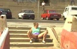 Una Rubia Puta Se Hace Pis En Las Escaleras