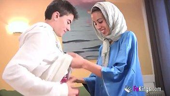 Wir überraschen Jordi Von Gettin Ihm Seine Erste Arabische Mädchen! Skinny Teen Hijab