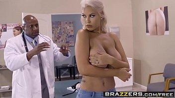 Ein Schwarzer Arzt Dick Wenn Er Sieht, Dass Der Patient In Die Brüste Nackt