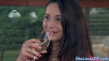 Trinken Sie Ein Glas Wein Und Bekommt Gefickt Von Zwei