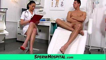 Un Médico En Un Hospital En El Semen, Tragar La Polla De Un Hombre Joven