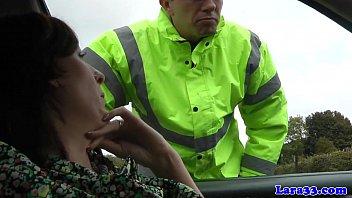 Ein Polizist Hält Eine Frau Mit Einem Auto