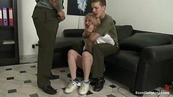 De Jeunes Soldats Paient Une Chienne Pour Avoir Un Jeu Sexuel Plus Long Avec Elle