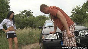 Autounfall Und Die Brünette Fickt Auf Dem Feld Mit Einem Ausgerüsteten Alten Mann