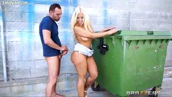 Sex Mit Einer Blondine In Der Nähe Eines Müllcontainers Gefickt