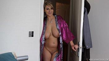 Die Nackte Reife Zeigt Uns Ihre Großen Brüste Und Lutscht Seinen Schwanz