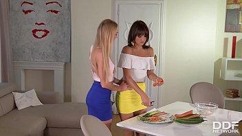 Nancy Y Suzy Lesbianas Slim Coño Agradable Masturbándose Con Zanahoria