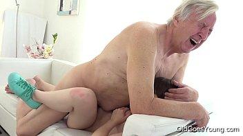 Mann Fickt Seine Enkelin Mit Der Kraft In Ihren Mund Und In Ihre Nasse Muschi