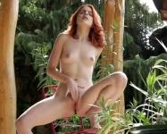 Que La Pelirroja Sexy Se Masturba En El Patio