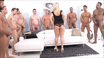 Blond Mit Riesigen Erfahrung In Der Kunst Der Futaiului Sex Mit 15 Männer In Einer Reihe