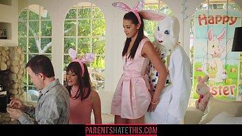 Aquí Viene El Conejo De Pascua Por Que La Mierda En Su Coño Más Fuerte